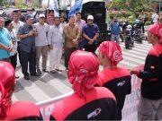 Kepala Biro Humas dan Protokol Setda Aceh, Mulyadi Nurdin, bersama Kepala Dinas Tenaga Kerja dan Mobilitas Penduduk (Disnakermobduk) Aceh, Bahagia dan Kepala Kesbangpol dan Linmas Aceh, Mahdi Effendi, mewakili Pemerintah Aceh, menjumpai para buruh yang berunjukrasa di depan Masjid Raya Baiturrahman, Banda Aceh, Selasa (1/5/2018). (Foto/Ist)