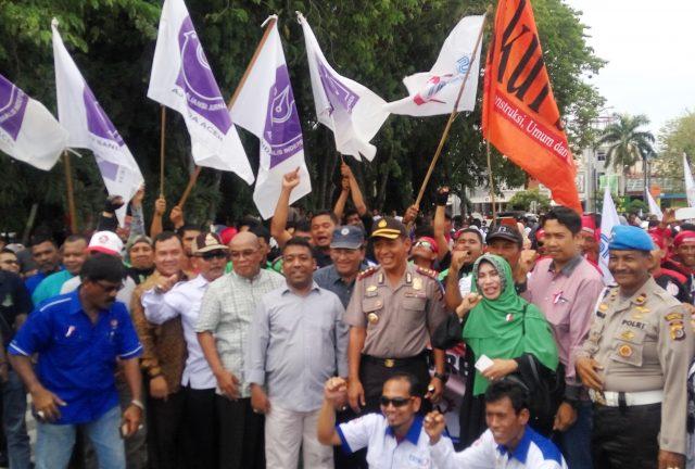 Para buruh ketika aksi damai, dan tampak dari kepolisian foto bersama para buruh. (Foto/Icha)