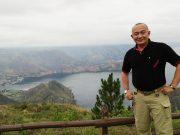 Dedi Nelson memperlihatkan keindahan pemandangan Danau Toba, yang bisa disaksikan dari kamar hotel di Taman Simalem Resort. (Foto/Ist)