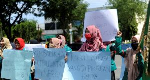 Puluhan mahasiswa Unsyiah menggelar aksi memperingati 20 Tahun Reformasi, di depan gedung DPR Aceh di Banda Aceh, Senin (21/5/2018). (Foto/Dani Randi)