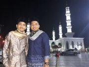 Muhammad Iqbal (kiri) dan Ferdiyansyah (kanan) saat berfoto bersama di salah Satu masjid di Malaysia. (Foto/Ist)