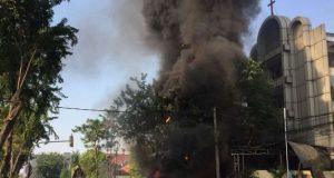Api dan kepulan asap tebal membumbung di udara beberapa detik setelah ledakan di depan Gereja GKI Surabaya, Minggu pagi (13/5/2018). (Foto/Ist)