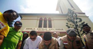 Para tokoh Lintas Agama membuat sebuah komitmen di atas kain putih sebagai bukti semuanya sepakat menjaga perdamaian di Aceh. Tanpa terprovokasi dengan isu-isu yang dapat memecah belah bangsa. (Foto/Dani Randi)