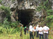 Pihak BPBA, TDMRC dan Pemda Aceh Besar melihat kondisi Gua Ek Lentie di Meunasah Lhok, Kabupaten Aceh Besar, Senin (28/5/2018). (Foto/Dani Randi)