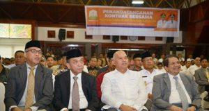 Gubernur Aceh, Irwandi Yusuf bersama Wakil Gubernur Aceh, Nova Iriansyah menghadiri penandatanganan kontrak bersama kegiatan strategis APBA Tahun Anggaran 2018 di Anjong Monmata, Banda Aceh, Jumat (11/05/2018). (Foto/ Ist)