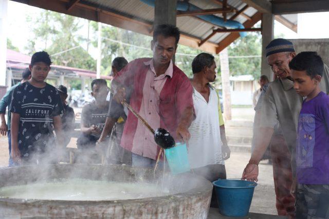 Warga mengantri untuk bisa mendapatkan masakan khas Aceh Besar, Ie Bu Peudah, yang hanya ada saat bulan puasa. (Foto/Dani Randi)