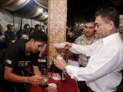 Gubernur Irwandi menjajal sebagai barista untuk meracik kopi Gayo di Festival Kuliner Aceh, Jumat malam (4/5/2918). (Foto/Ist)