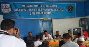 Kadis Infokom Agara, Azhari, Ketua PWI Agara, Abadi Selian dan Narasumber, Maskur Abdullah, di depan para wartawan peserta Bimtek Jurnalistik di kantor PWI di Kutacane, Rabu (30/5/2018)