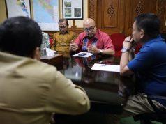 Gubernur Aceh, Irwandi Yusuf, saat melakukan pertemuan dengan anggota KPU RI, di ruang rapat Kantor Gubernur Aceh di Banda Aceh, Senin (28/5/2018). (Foto/Ist)