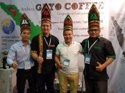 Delegasi Aceh Tengah, antara lain Kabag Humas, Mustafa Kamal dan Direktur PT. Meukat Komuditi Gayo, Iwannitosa, berfoto bersama para importir kopi di booth Indonesia. (Foto/Ist)