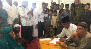 Warga Kampung Keling Medan masuk Islam disaksikan Wali Kota Banda Aceh dan imam masjid Uleu Lheue, Tgk Bukhari Bin Harun, Jumat (18/5/2018). (Foto/Aldin NL)