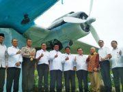 Walikota Banda Aceh dan Direktur Utama Garuda Maintenence Facility Aero Asia Tbk (GMF) memperlihatkan hasil pemugaran replika pesawat Dakota RI 001 yang ada di Lapangan Blang Padang, Banda Aceh, Selasa (1/5/2018). (Foto/Dani Randi)