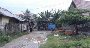 Jalan akses ke pusat relokasi pedagang PKL Geudong, Kecamatan Samudera, Aceh Utara masih cukup memperihatinkan. Para pedagang mengharapkan jalan tersebut segera diperbaiki. (Foto/Zainal Abidin)