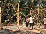 Warga bergotong-royong membangun hunian darurat untuk Aminah, korban kebakaran rumah di Dusun Lamkuta Desa Bintah, Kec. Madat, Aceh Timur, Kamis pagi (3/5/2018). (Foto/Ist)