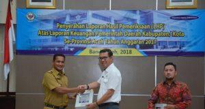 Walikota Sabang Nazaruddin alias Tgk.Agam menerima predikat opini WTP yang diserahkan oleh Pimpinan BPK RI Perwakilan Aceh, Isman Rudy di Banda Aceh, Senin (28/5/2018). (Foto/Ist)