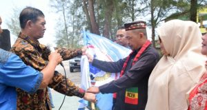 Wabup Sazali menyerahkan Pataka kepada Ketua Pengurus Serumpun Mhd Jenen, usai deklarasi dan prosesi pengukuhan di Kabupaten Aceh Singkil, Kamis (10/5/2018). (Foto/Arief Helmy)