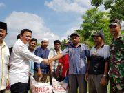 Andi HS, memberikan bantuan subsidi tunai petani (STP) untuk pembelian pupuk para petani di Padang Tiji, Pidie. (Foto/Ist)