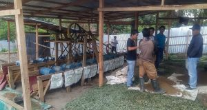 Polisi mengamankan empat pelaku penambang emas ilegal bersama barang bukti di Desa Badak Uken, Kecamatan Dabun Gelang. (Foto/Jasvira Sautisa)