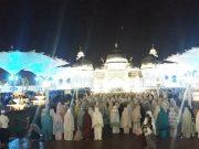 Puluhan ribu jamaah menunaikan sholat tarawih pertama di bulan suci Ramadhan tahun 2018 tumpah hingga ke halaman Masjid Raya Baiturrahman, Banda Aceh, Rabu malam (16/5/2018). (Waspada/Dani Randi)