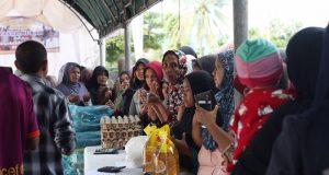 Warga memadati pasar murah di depan makam pahlawan Kota Banda Aceh, Selasa (8/5/2018). (Foto/Dani Randi)