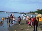 Tempat-tempat rekreasi pantai menjadi sasaran warga yang ingin menghabiskan libur lebarannya. (Foto/R.Ismail)