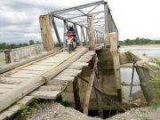 Jembatan rangka baja yang ambruk akibat banjir besar tahun lalu. Kondisinya kini memprihatinkan dan mengancam keselamatan jiwa bagi pengendara. Foto diabadikan Selasa (26/6/2018). (Foto/Zul Nagan)