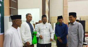 Ketua IKAT, Fadhil Rahmi (tengah) bercanda dengan Kadis Badan Daya, Usamah dan tamu undangan di sela buka puasa bersama, Selasa (5/6/2018). (Foto/Ist)
