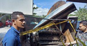 Anggota Reskrim Polres Nagan Raya memperlihatkan barang bukti mesin pembelah batu giok bersama satu unit mobil L. 300 di Mapolres Nagan Raya, Kamis (28/6/2018).(Foto/Muji Burrahman)