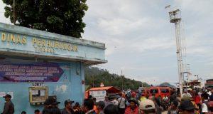 Kantor Dinas Perhubungan di Tiga Ras, Simalungun, dipenuhi keluarga korban KM Sinar Bangun, yang menanti anggota keluarganya yang masih hilang. (Foto/Al-Farizi)