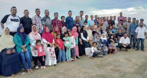 Alumni SMPN I Simpang Tiga, Pidie, Angkatan 1993 berfoto bersama pada acara Reuni di Pantai Mantak Tari, Kecamatan Simpang Tiga, Selasa (19/6/2018). (Foto/Muhammad Riza).