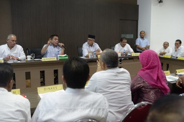 Gubernur Aceh Irwandi Yusuf menjelaskan tentang protek strategi nasional (Jalan Tol) dan realisasi penyerapan anggaran APBA 2018 di kantor gubernur, Jumat (22/06/2018) (Foto/Ist)
