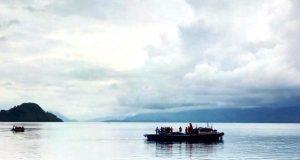 Para petugas Tim SAR masih terus menyisir perairan Danau Toba untuk mencari para korban KM Sinar Bangun. (Foto/muhammad al-farizi)