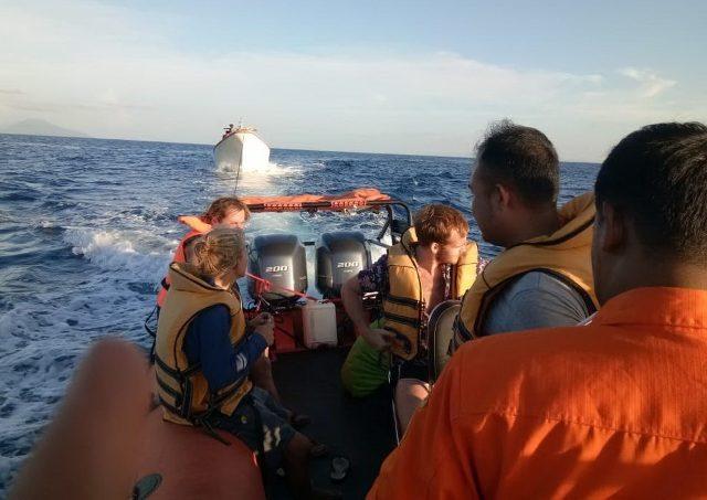 Petugas SAR gabungan mengevakuasi 3 WNA asing setelah terombang-ambing di laut sekitar Pulau Rondo selama 2 hari, karena boatnya mengalami kerusakan mesin. (Foto/Ist)
