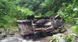Mobil Pic-up jenis Grand Max yang membawa satu keluarga asal Kecamatan Tangse, terjatuh dalam jurang di Tangse., Pidie, Kamis (28/6/2018), menewaskan 1 orang.(Foto/Muhammad Riza)