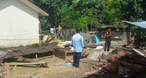 Rumah milik warga Desa Udeung, Kec. Bandar Baru, Pidie Jaya, yang dijadikan tempat pasta narkoba, rata dengan tanah setelah dirubuhkan warga, Jumat (29/6/2018). (Foto/Ist)