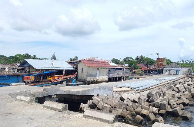 Penduduk di Kecamatan Pulau Banyak Barat, Kabupaten Aceh Singkil, Aceh, hingga kini belum dapat mengakses jaringan internet. (foto/dani randi)