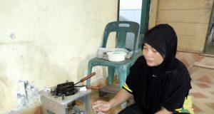 Salah seorang warga Singkil saat berkumpul membuat kue sapik sebagai tradisi Ramadhan untuk sajian kue Idul Fitri. (Foto/Arief H)