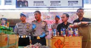 Kapolresta Banda Aceh menunjukkan barang bukti petasan yang berbahan peledak, yang disita dari pedagang, di Mapolresta Banda Aceh, Rabu (6/6/2018). (Foto/Dani Randi)