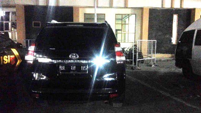 Mobil Bupati Bener Meriah terlihat di parkir belakang Mapolres Aceh Tengah, Selasa malam (3/7/2018). (Foto/Baktiar Gayo)