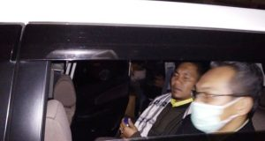 Bupati Bener Meriah, Ahmadi, tampak di dalam mobil akan dibawa tim KPK ke Mapolda Aceh di Banda Aceh. (Foto/ Dok Waspadaaceh.com)