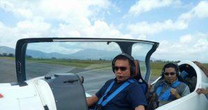 Gubernur Aceh Irwandi Yusuf dan Bupati Bener Meriah, Ahmadi, dalam satu pesawat pribadi milik Irwandi dengan tagline: Hana Karu Hoka Gata, beberapa bulan lalu. Saat ini keduanya sebagai tersangka korupsi dan ditahan di gedung KPK RI di Jakarta. (Foto Dokumen/Istimewa)