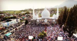 Belasan ribu ummat meluber di halaman Masjid Babussalam, Simpang Tiga Redelong, Bener Meriah, untuk mendengatkan tausiah UAS, Rabu (4/7/2018). (Foto/Khairul Akhyar)