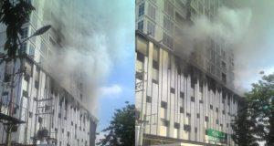 Lantai 6 sebuah apartemen di Medan, tampak terbakar, Minggu siang (1/7/2018). (Foto/al-farizi)