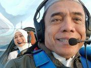 Irwandi Yusuf menerbangkan pesawat miliknya, membawa serta sang istri. (Foto/Ist)