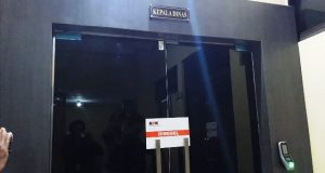 Pintu masuk ruang kerja Kadis Pendidikan Aceh disegel KPK, Rabu (11/7/2018). (Foto/Dani Randi)