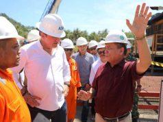 Gubernur Irwandi Yusuf saat mengunjungi salah satu proyek pembangkit listrik (Geothermal0 di Aceh. (Foto/Ist)