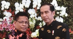 Walikota Amunullah Usman menyerahkan proposal kepada Presiden Joko Widodo di Istana Presiden di Bogor, Senin (23/7/2018) (Foto/Ist)