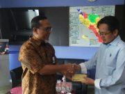 GM PLN Aceh, Jefri Rosiadi, menyerahkan dana pembinaan atlet catur dalam rangka menghadapi Kejurnas Catur di Banda Aceh, 2018 di Banda Aceh, di ruang kerjanya, Jumat (20/7/2018). (Foto/T.Ardiansyah)