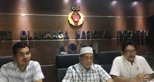 Ketua Harian KONI Aceh, Kamaruddin Abubakar (Abu Razak), Wakil Ketua Baktiar Hasan dan Sekum KONI Aceh, M.Nasir Syamaun menjelaskan soal tuan rumah PORA 2022 di KONI Aceh, Senin (02/07/2018). (Foto/Aldin NL)