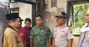 Plt Bupati Bener Meriah, Syarkawi, ketika mengunjungi pasantren yang terbakar, yaitu Pesantren Nurul Iman Kulem Parakanis, Kecamatan Timang Gajah, Senin (23/7/2018). (Foto/Khairul Akhyar)